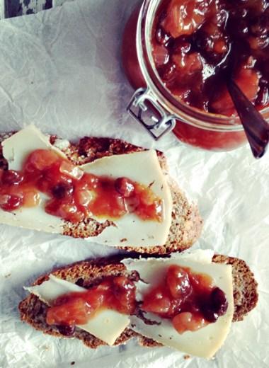 Brødskive med ost og plommechutney