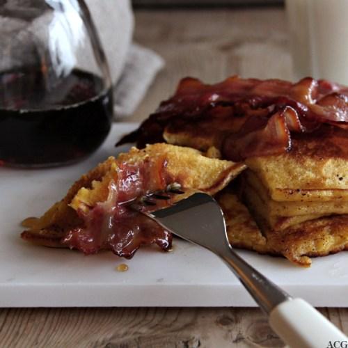 Nærbilde av gaffel med greskarpannekaker og bacon