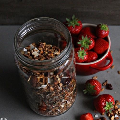 hjemmelaget granola med friske jordbær