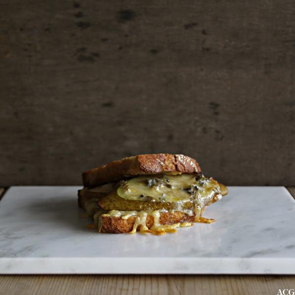 stekt ostesmørbrød med pære, honning og blåmuggost