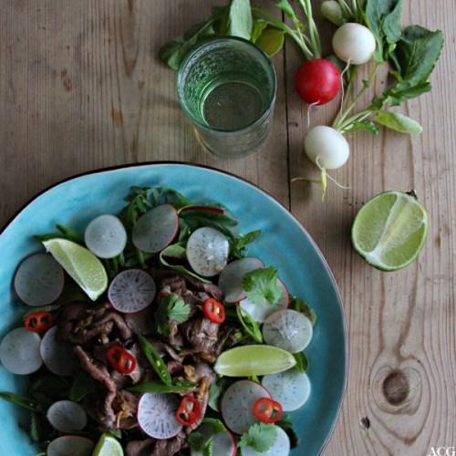 tallerken med roastbiffsalat, vannglass og reddiker