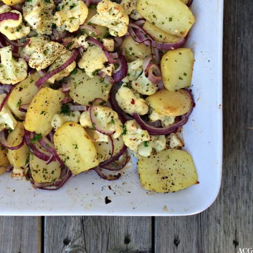 Nærbilde av form med stekte poteter og blomkål