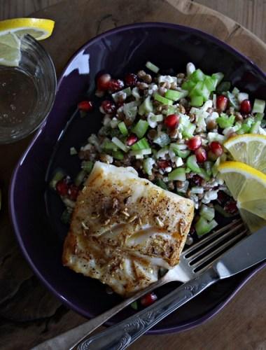 tallerken med stekt torsk og linsesalat
