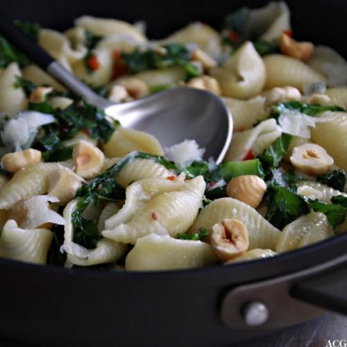 nærbilde av pastarett med grønnkål