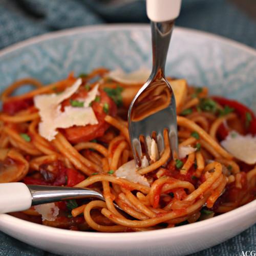 one pot pasta med spaghetti og kjøttpølse