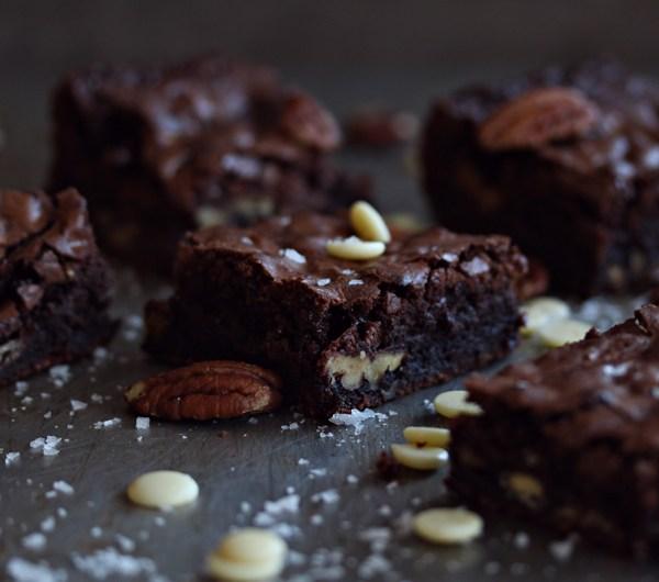 Brownies med salte nøtter og hvit sjokolade