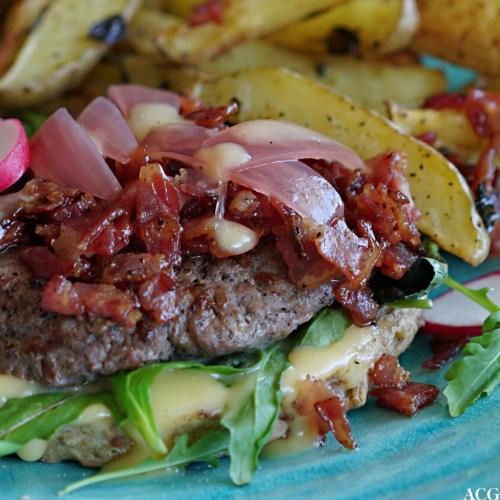 nærbilde av hamburger med bacon