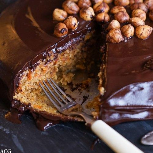 gulrotkake med hasselnøtter og sjokolade