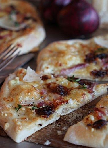 rask pizza med bacon og rødløk