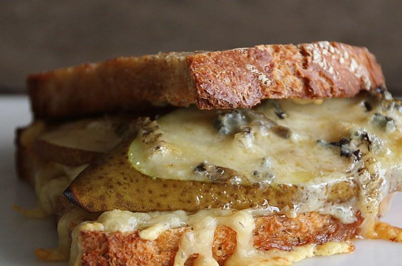 ostesmørbrød med blåmuggost og pære