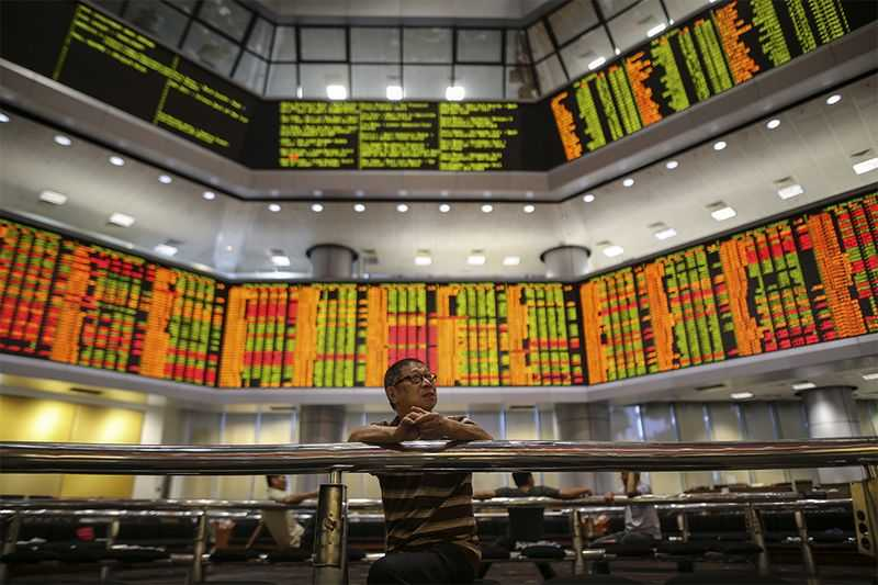 Bursa Malaysia remains lower at mid-afternoon, dragged down by selling in heavyweights, led by the healthcare and utilities sectors, dealers said. — Picture by Azneal Ishak