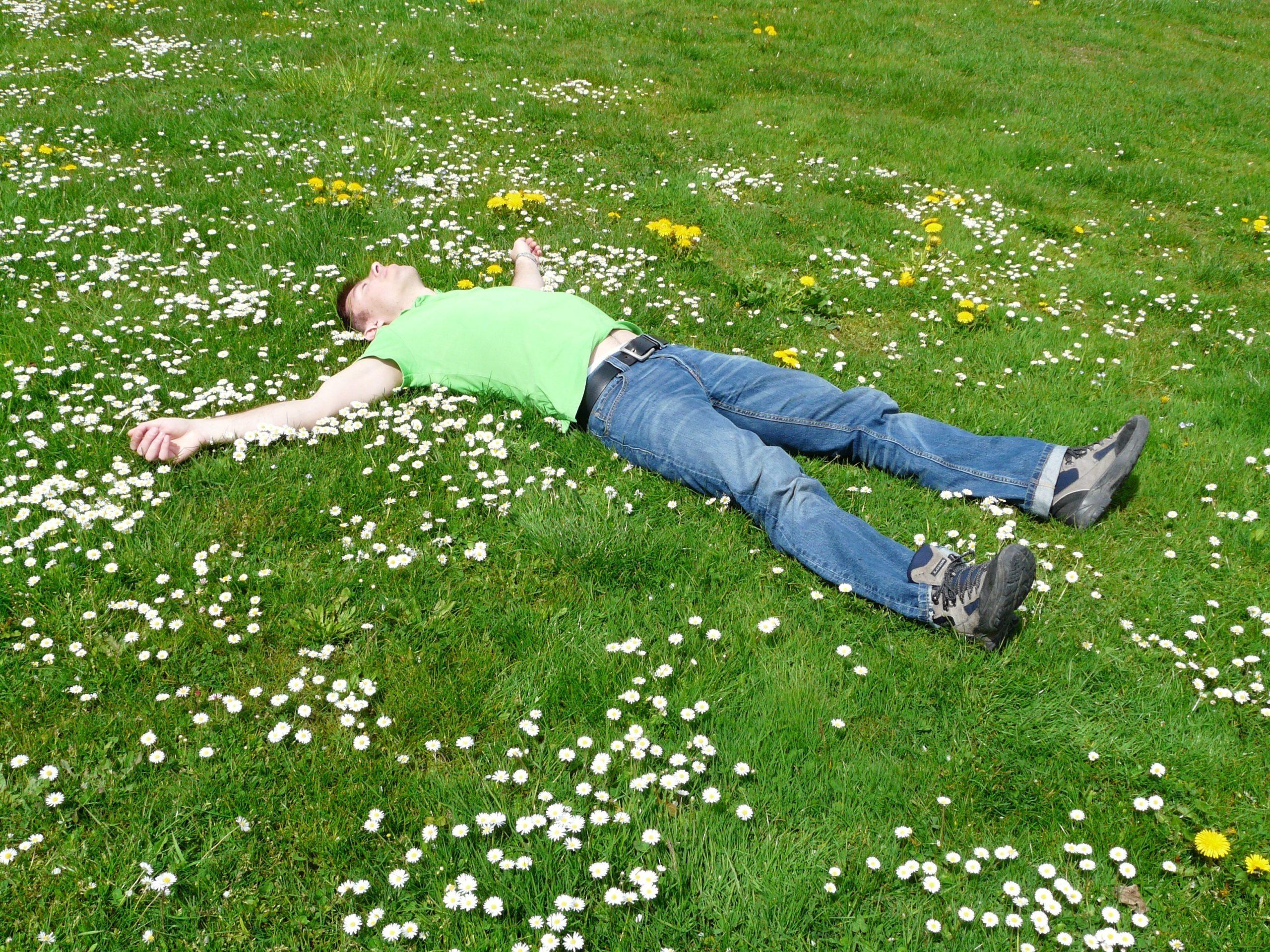 S'allonger sur le sol permet de se reconnecter à la nature et à son environnement et permet de faire intervenir tous sens sens dont celui du toucher.