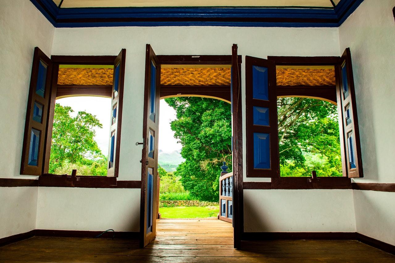 Au printemps c'est le moment d'ouvrir en grand les fenêtres et les portes pour renouveler l'air entièrement.