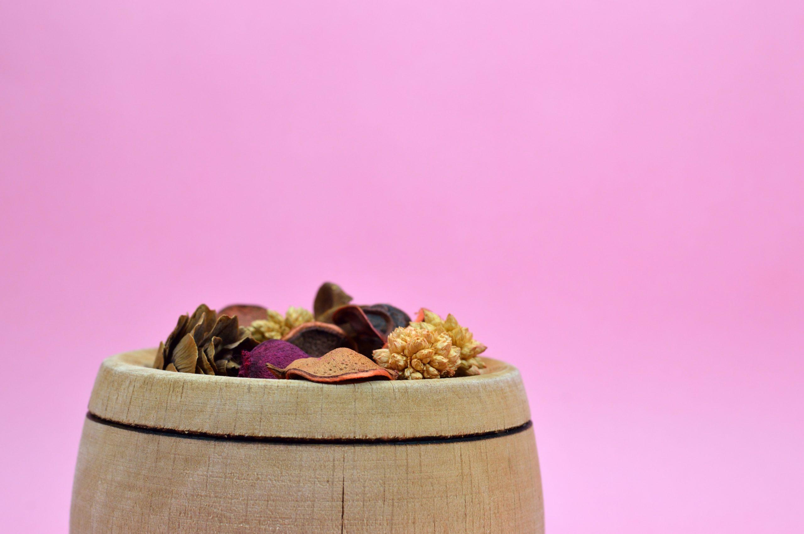 Les pots-pourris au parfum naturel sont un moyen de faire entrer la nature chez soi.