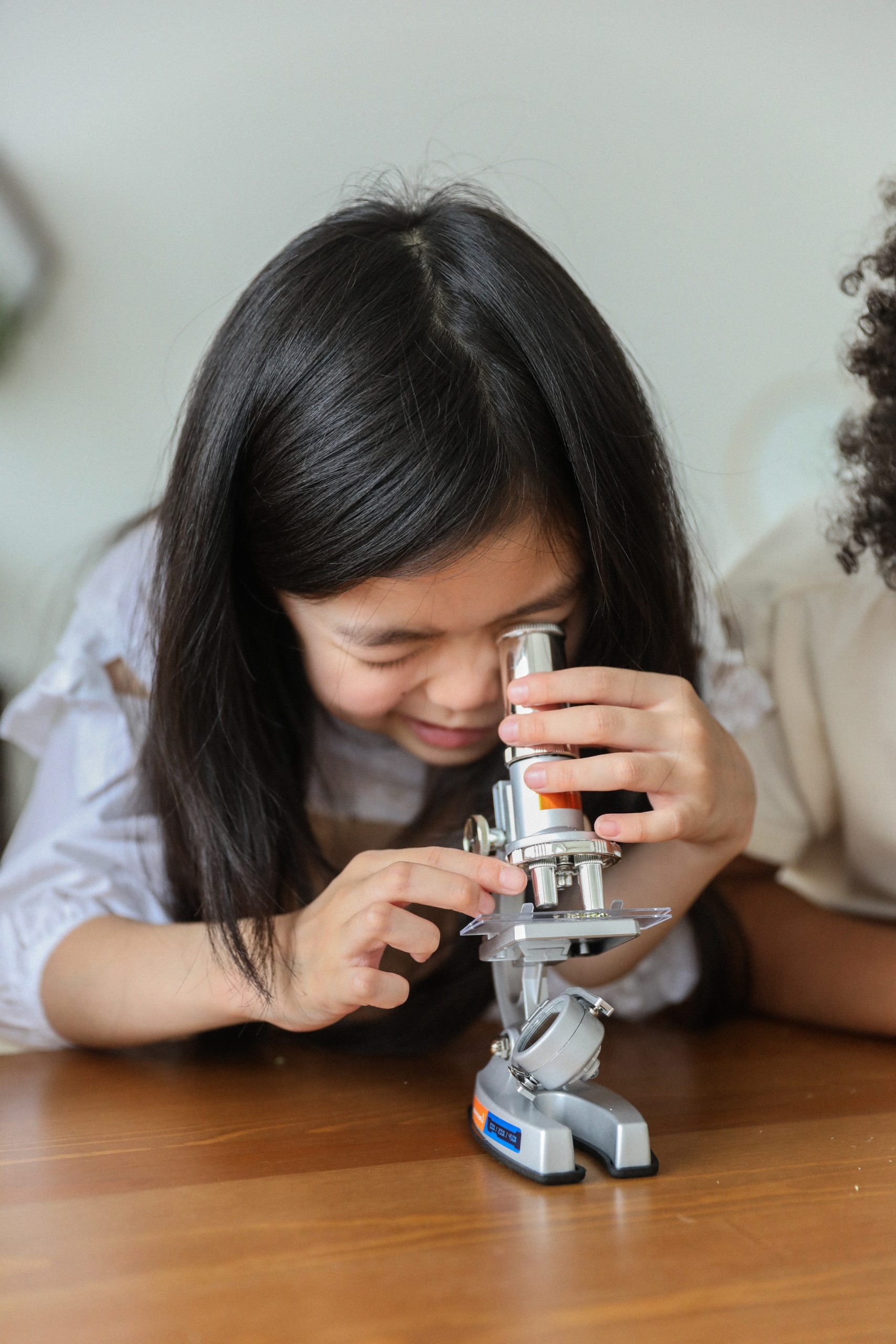Les sciences sont abordées par des expériences concrètes que l'enfant pourra faire seul et à volonté.