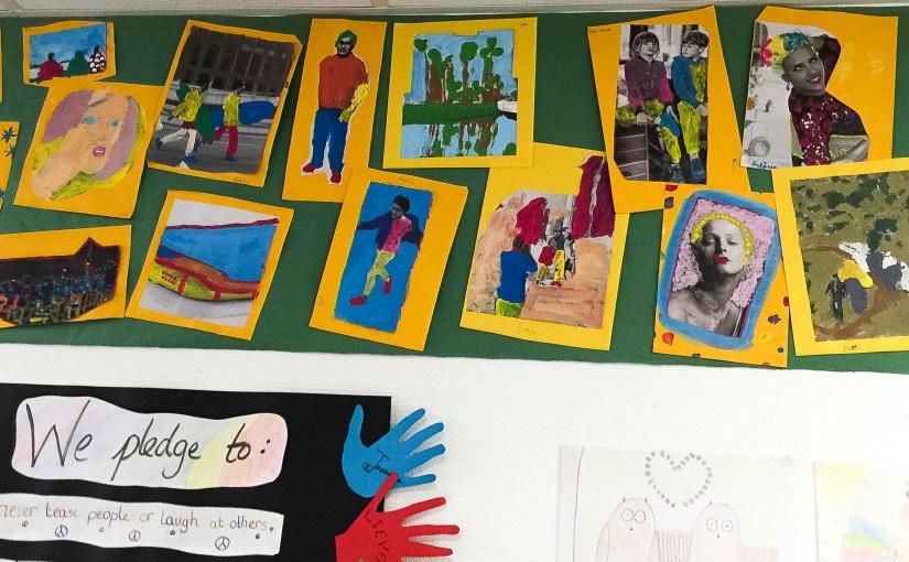 Affichage des coloriages à la peinture des Jaguars (CM2) de l'École bilingue