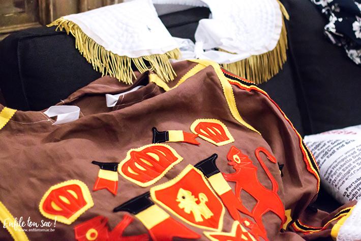 binche gille costume Mardi Gras au carnaval de Binche, dans la nuit avec les Gilles