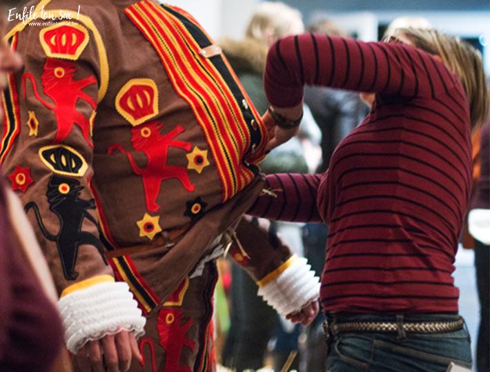 bourrage gille binche Mardi Gras au carnaval de Binche, dans la nuit avec les Gilles