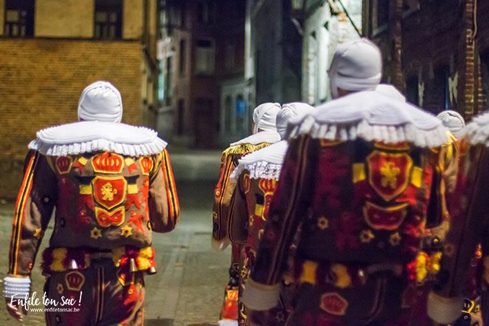 gilles binche mardi gras ramassage nuit Mardi Gras au carnaval de Binche, dans la nuit avec les Gilles