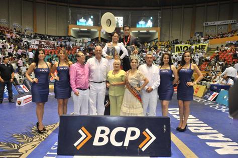 Ganadores de la categoría Campeón de Campeones, Martha Wong y Gino Morales, acompañados de (izquierda a derecha) Fernando Burmester,  presidente del Club Libertad Alvaro Carulla, ger