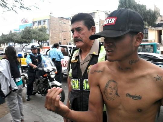 Vecinos castigan a correazos a delincuente (3)