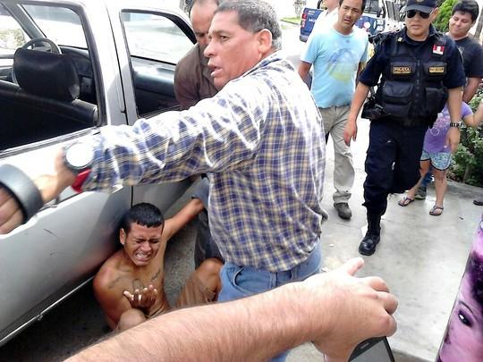 Vecinos castigan a correazos a delincuente (4)