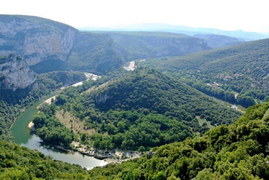 Vue plongeante sur les gorges de l'Ardèche