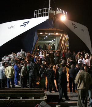 Hopes fade for 800 after Egyptian ferry sinks