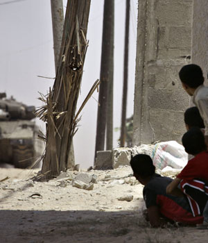 Israelis kill militant in Gaza as troops dig in