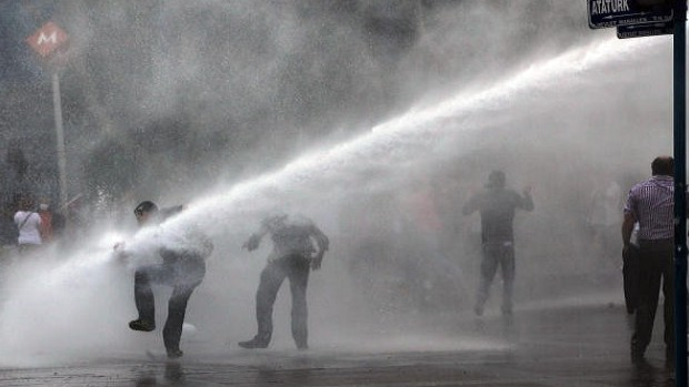 Turkish riot police quell protests ahead of Erdoğan rally