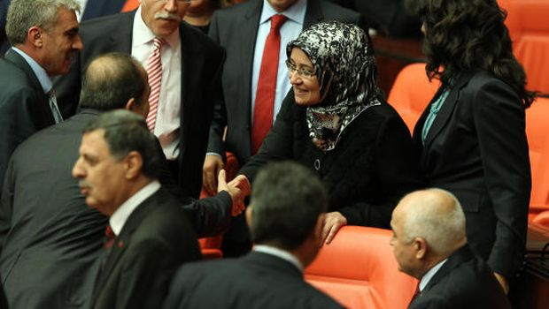 Turkish MPs enter parliament with headscarves