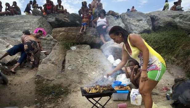Venezuela slums shun protests for community work