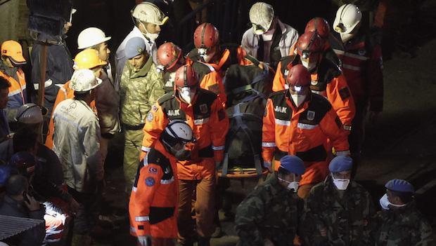 Fire in Turkish mine delays rescue work