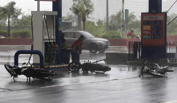 Typhoon kills 10 in Philippines, shuts Manila, cuts power, prompts evacuations