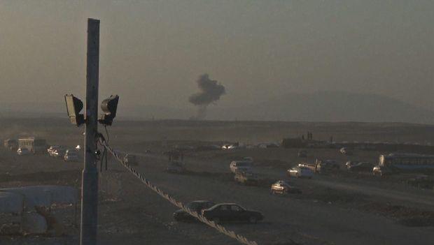 US aids displaced Iraqis as airstrikes help Kurds