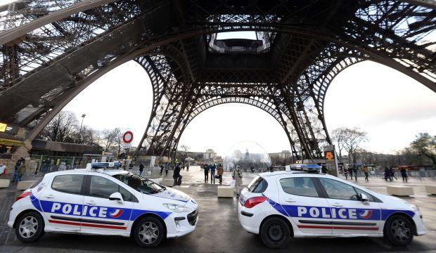 France works to avert new terror attacks, hunts suspect