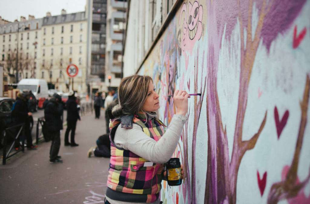 """Wall of love"" Heals Neighborhood Scarred by Paris Attacks"
