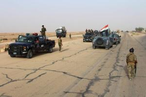 Iraqi government forces gather on the highway between the city of Ramadi and the town of Rutba