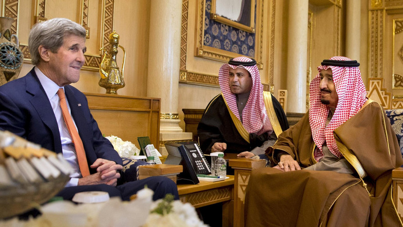 King Salman Meets Kerry, Receives Letter from King of Bahrain