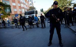 Riot police stand guard near the pro-Kurdish Peoples' Democratic Party (HDP) headquarters in Ankara, Turkey, November 4, 2016. REUTERS/Umit Bektas