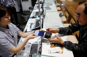 A customer exchanging his Samsung Galaxy Note 7 in Seoul, South Korea, in October.