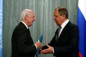 Russian Foreign Minister Sergei Lavrov (R) and United Nations special envoy on Syria Staffan de Mistura attend a news conference after a meeting in Moscow on Tuesday.
