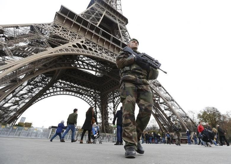 A 2.5 Meters Glass Wall to Protect Eiffel Tower against Terrorist Attacks