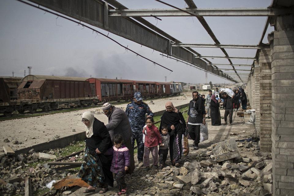 Iraq Civilians Caught in West Mosul Crossfire