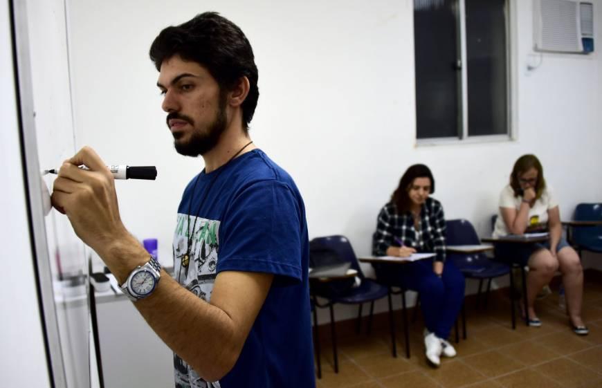 Syrian Refugee Teaches Arabic Language to Brazilians