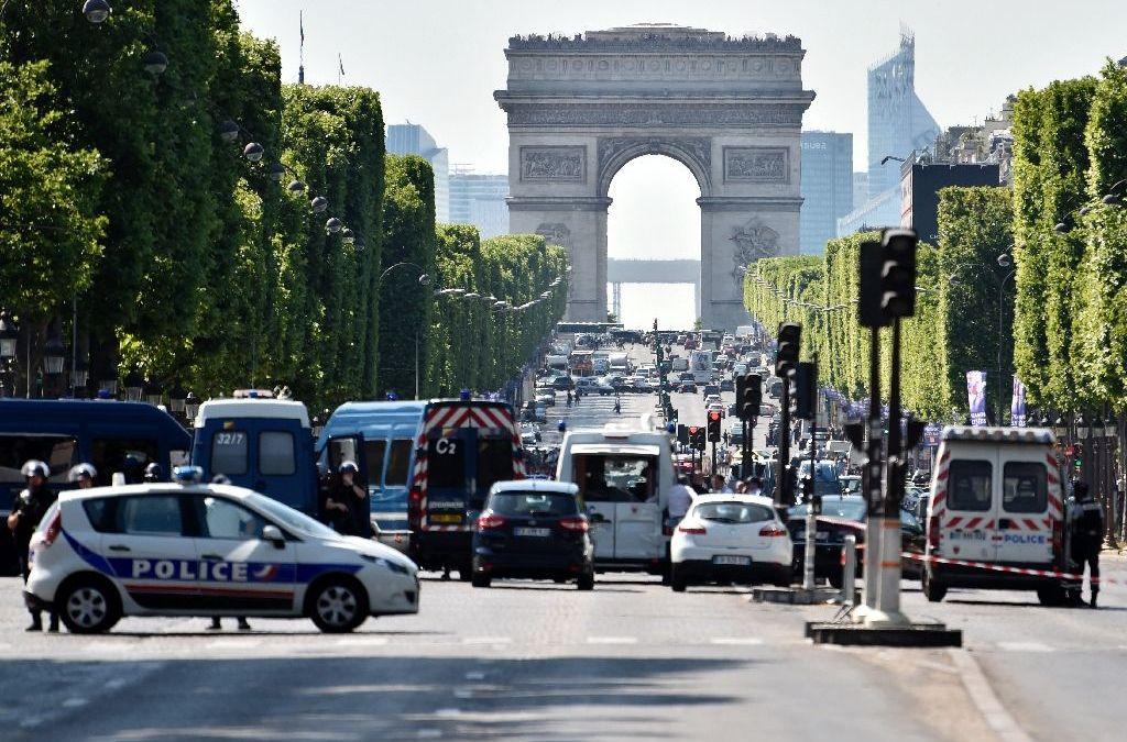 Champs-Elysees : Car Ploughs into Police Van, Driver Dead