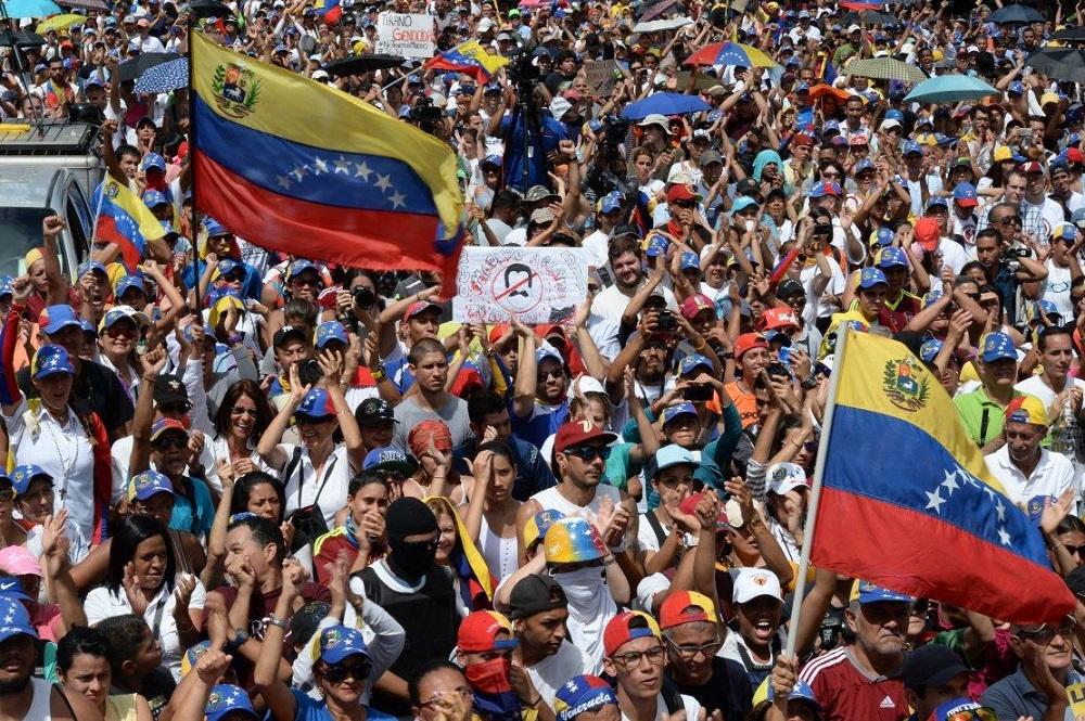 Trump Studies 'Military Option' in Venezuela as Caracas, Lima Sever Ties