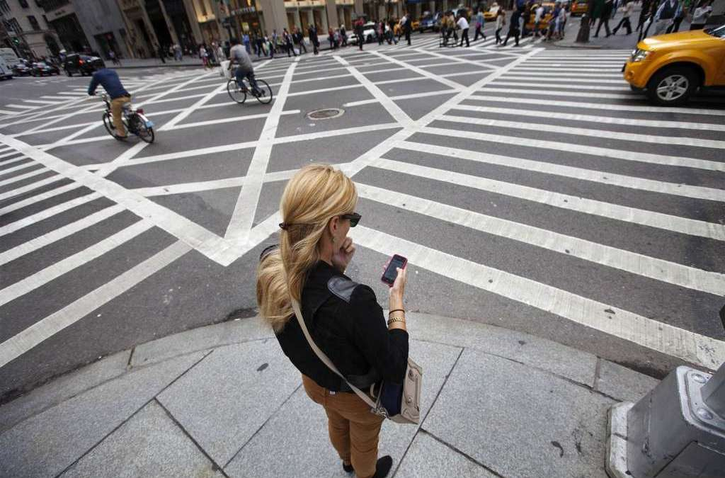Honolulu Bans Pedestrians from Looking at Smartphones while Crossing Streets