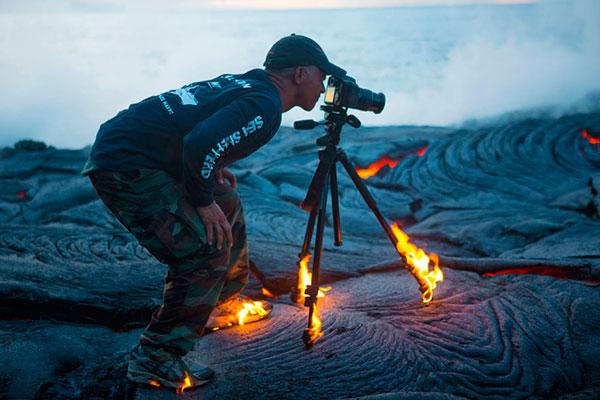 Sacando fotos sobre la lava