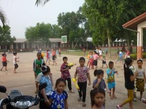 Schüler in Ban Sikeud an Pi Mai Lao: Viele Menschen tragen an diesen Tagen knallbunte Sachen und vor allem die Kinder haben Spaß an den Wasserschlachten, was bei konstanten 35 Grad am Ende der Trockenzeit aber auch sehr wohltuend ist
